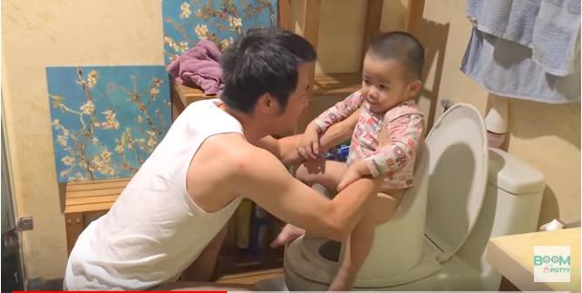 Cách đặt bé ngồi trên bô boom potty