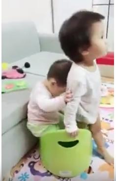 Bô Boom Potty – 2 chị em cùng tranh nhau — Đáng yêu quá :D