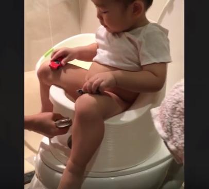 Thao tác rửa đít cho con bằng bô rửa đít đa năng Boompotty