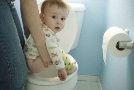 Tại sao không nên xi tè, tập ngồi bô cho con quá sớm?
