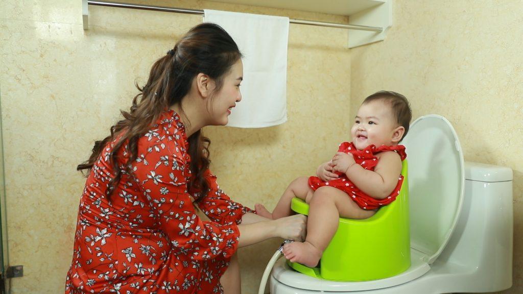 Rửa đít cho trẻ bằng bô rửa đa năng Boom Potty